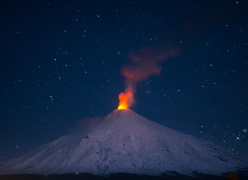 Video El impresionante timelapse de una noche de estrellas frente al Volcán Villarrica en Chile