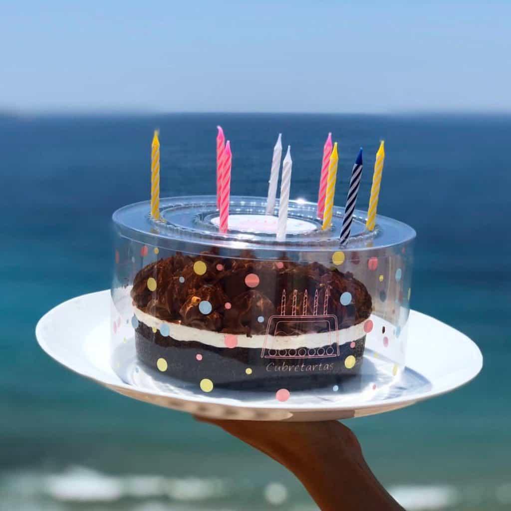 cubretartas para soplar las velas de un pastel