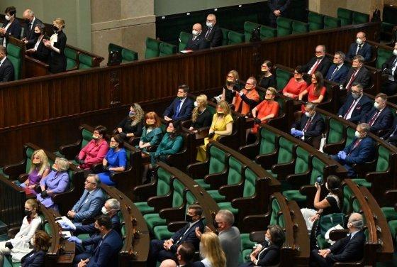 imagen Miembros del Parlamento lucen la bandera del orgullo LGBT Miembros del Parlamento lucen la bandera del orgullo LGBT en repudio a la homofobia del presidente de Polonia 2