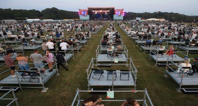 ¿Adiós al pogo? Reino Unido celebró su primer concierto con distanciamiento social y las imágenes son increíbles