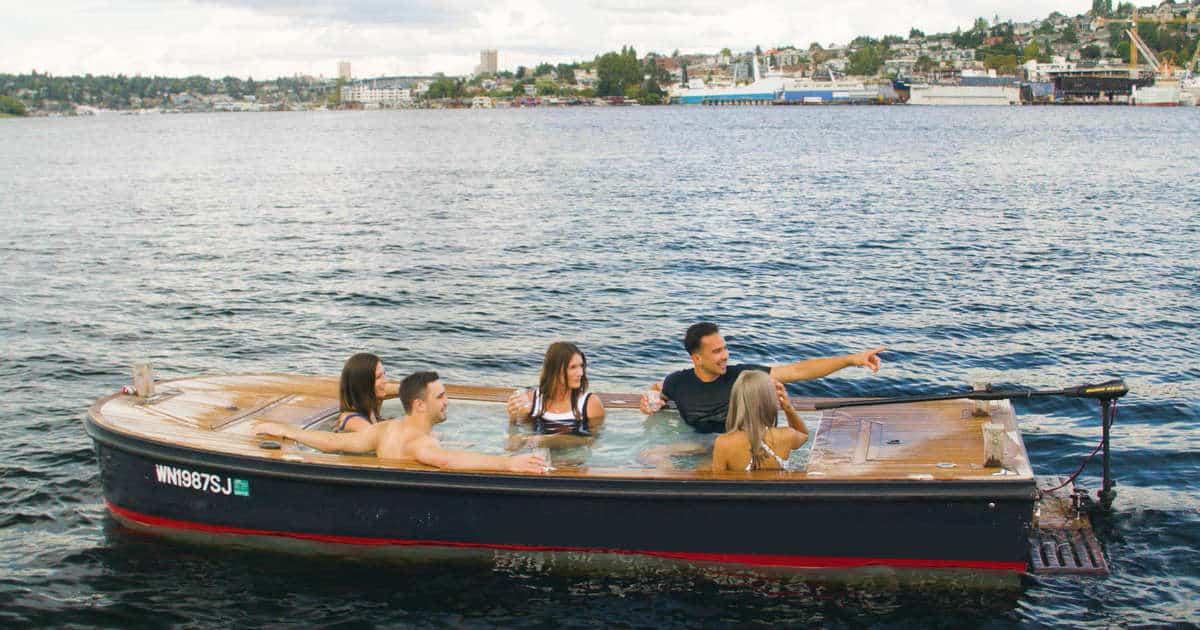 Este pequeño bote con un jacuzzi dentro puede ser una gran alternativa para pasear por el Lake Union, en Seattle 1