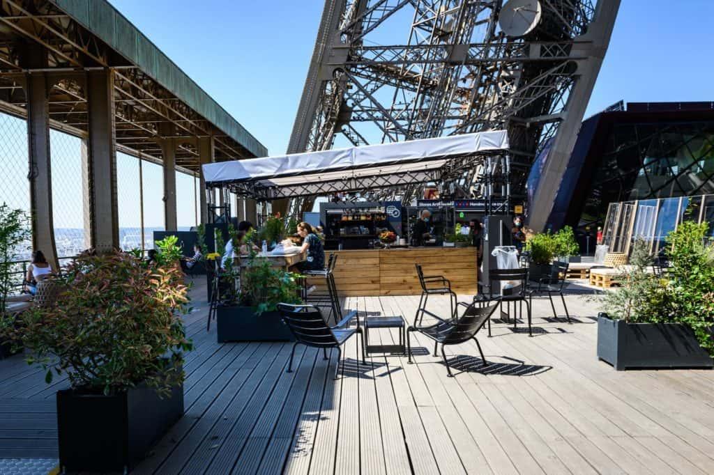 Tomar un café en la Torre Eiffel