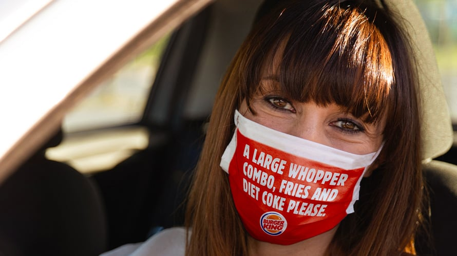 Los locales de Burger King imprimen los pedidos en mascarillas para evitar el diálogo con los empleados