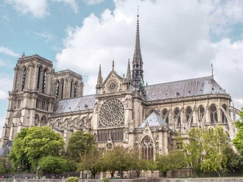 """""""Rebuilding Notre Dame"""": Esta experiencia de realidad virtual permite recorrer la famosa catedral antes y después de su incendio"""