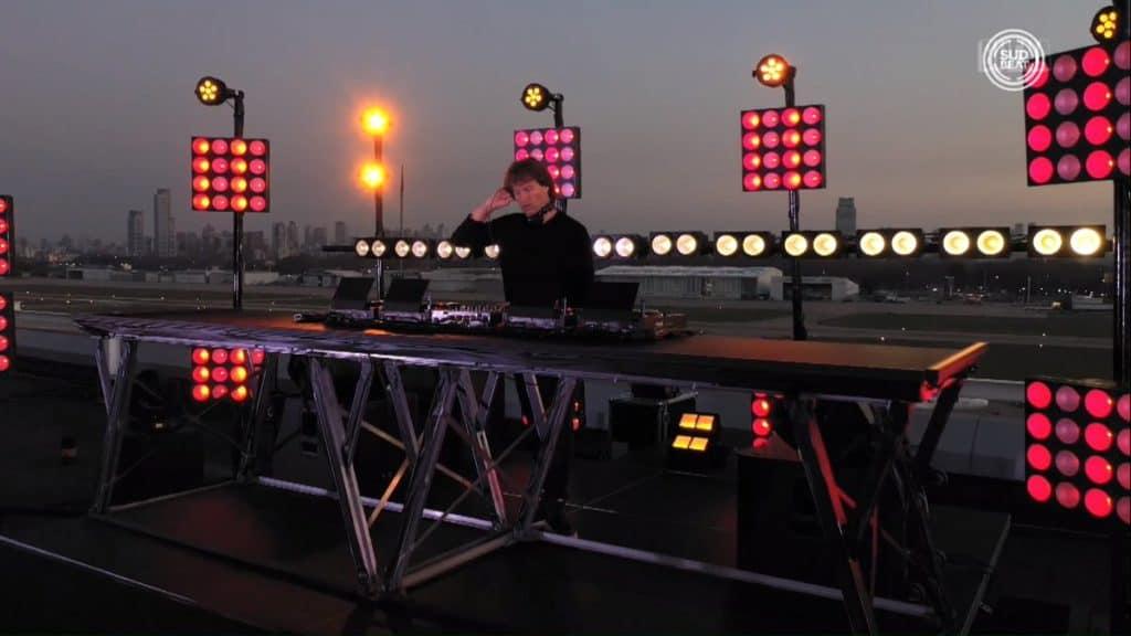 El DJ Hernán Cattaneo realizó un show por streaming desde el aeropuerto de la Ciudad de Buenos Aires