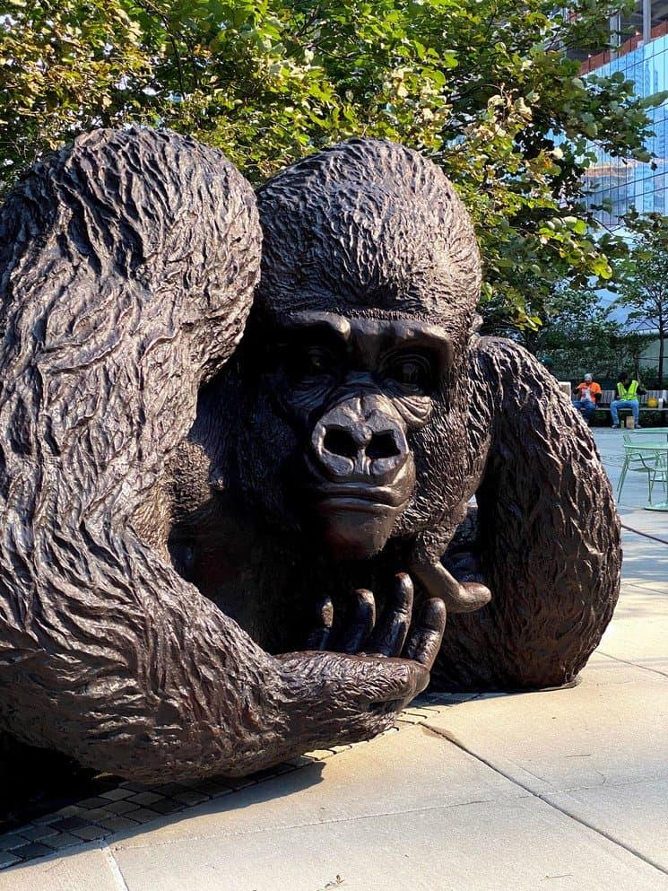 Crean la escultura de bronce más grande del mundo con forma de King Kong para reflexionar sobre la extinción de los gorilas