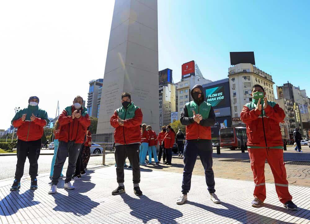 Médicos despiden a un compañero fallecido por COVID-19 con un sentido homenaje de ambulancias en el Obelisco