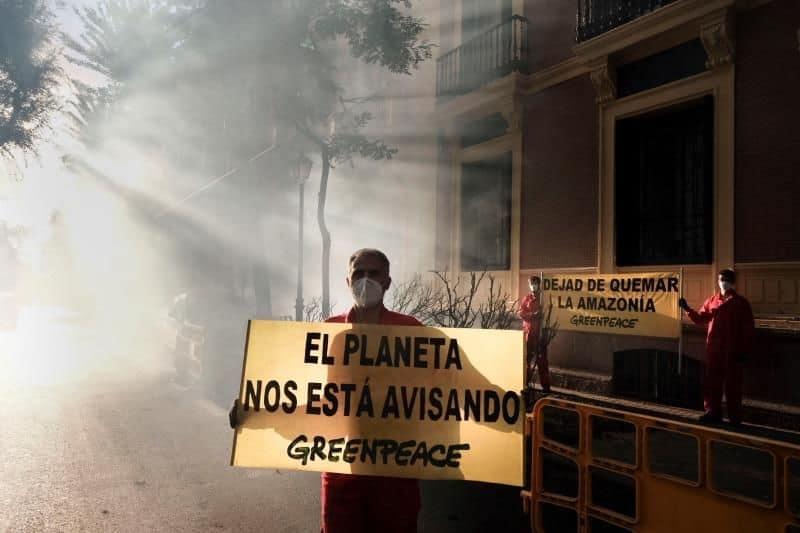 """Greenpeace provoca un """"incendio"""" ante la Embajada de Brasil en Madrid para pedir mayor protección a la Amazonia"""