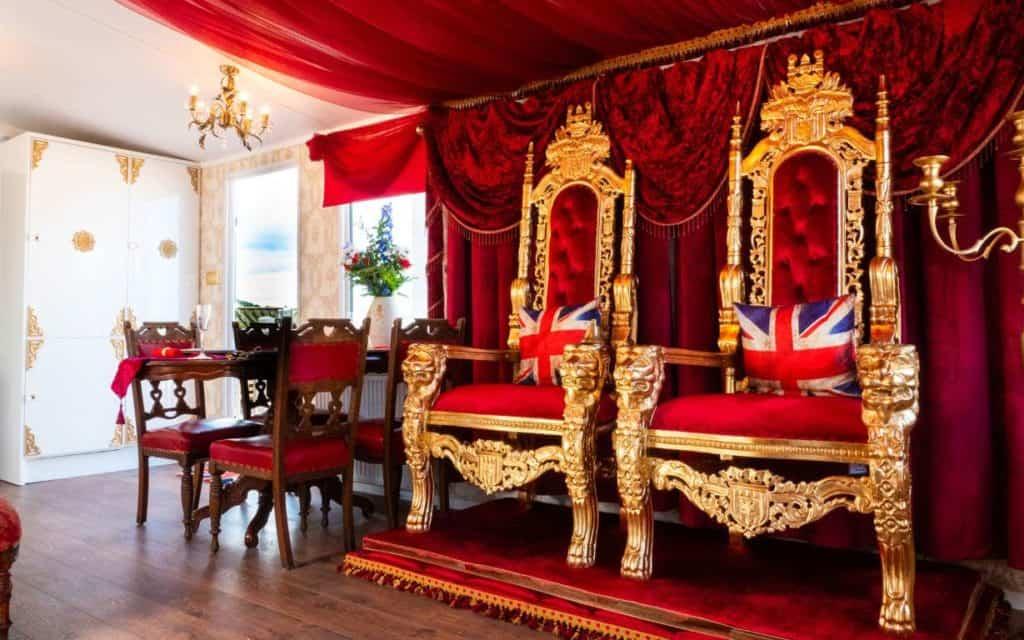 Este tráiler está decorado como el palacio de Buckingham y es posible alquilarlo para vacaciones