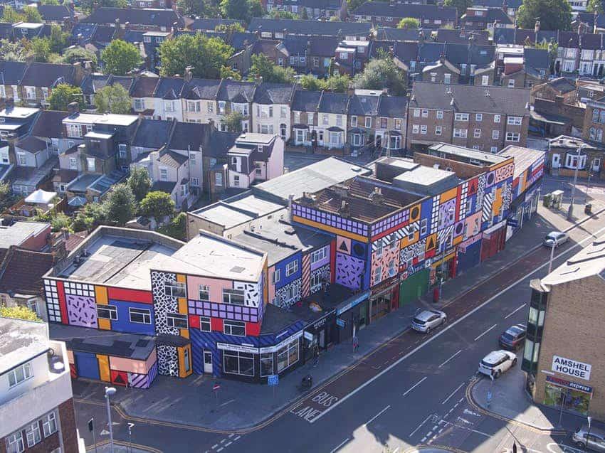 La artista Camille Walala colorea las calles de Leyton, en Londres, con sus murales