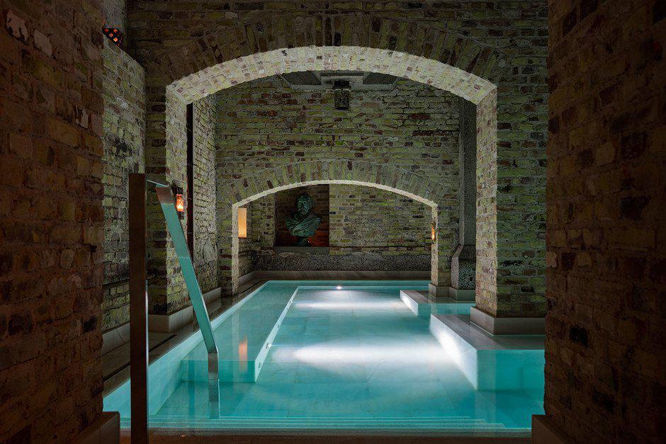 Copenhague inaugura baños relajantes en una antigua fábrica de cerveza