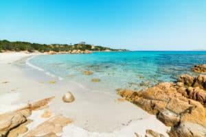 Un turista recibió una multa de 1000 euros en Cerdeña, Italia por intentar llevarse casi 2 kg. de arena en su equipaje