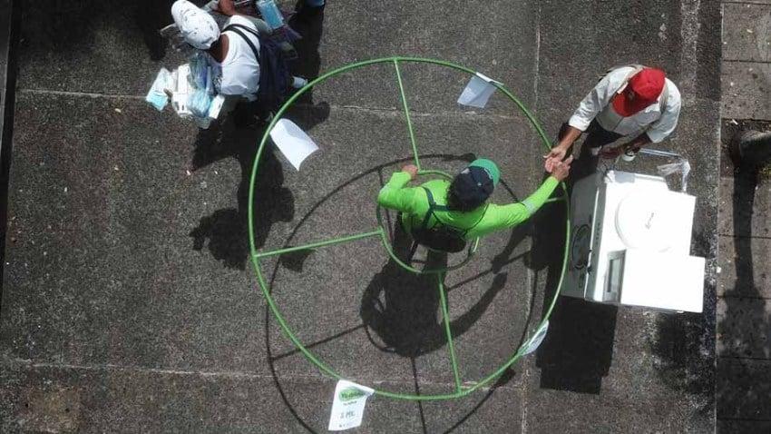Una ciudad de El Salvador utiliza voluntarios con hula-hula para promover el distanciamiento social