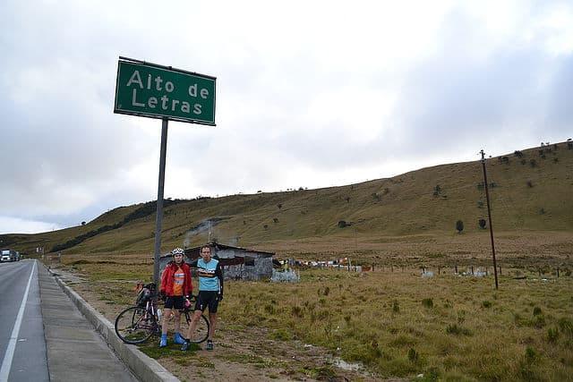 Recorrer Colombia en bicicleta alto de letras