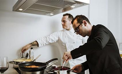Take A Restaurant Es La Modalidad Que No Solo Lleva La Comida A Tu Casa, Sino Que Lleva El Restaurante A Tu Casa
