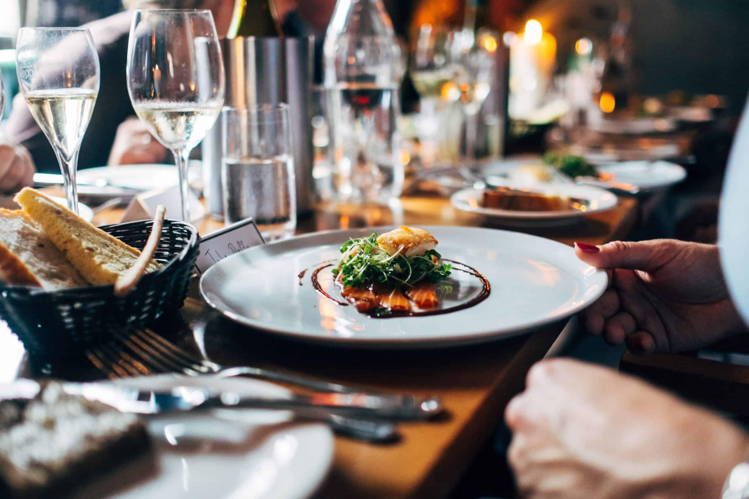 Take a Restaurant es la modalidad que no solo lleva la comida a tu casa, sino que también lleva el restaurante