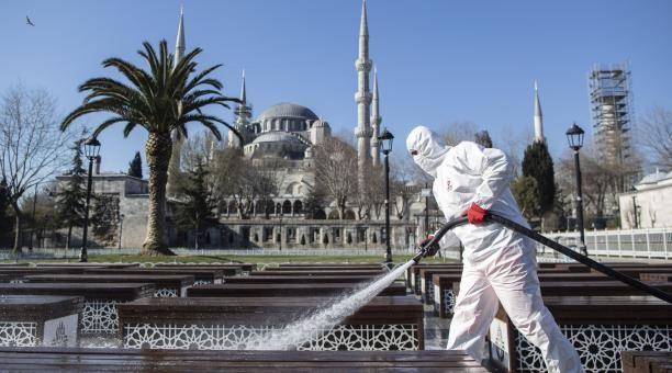 Turquía multa a quienes no usan barbijo obligándolos a leer 10 libros