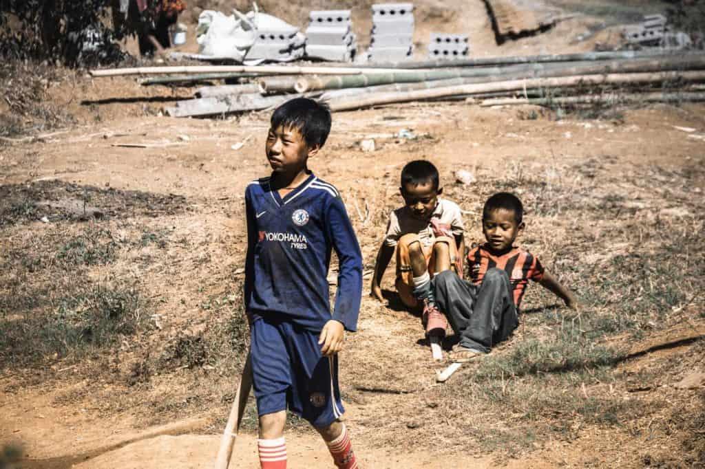 myanmar niños jugando