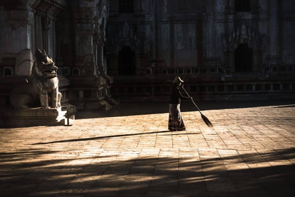 monje barriendo templo