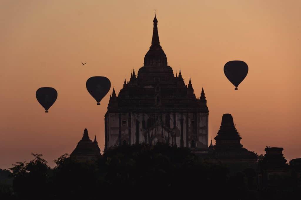 silueta templo y globos myammar