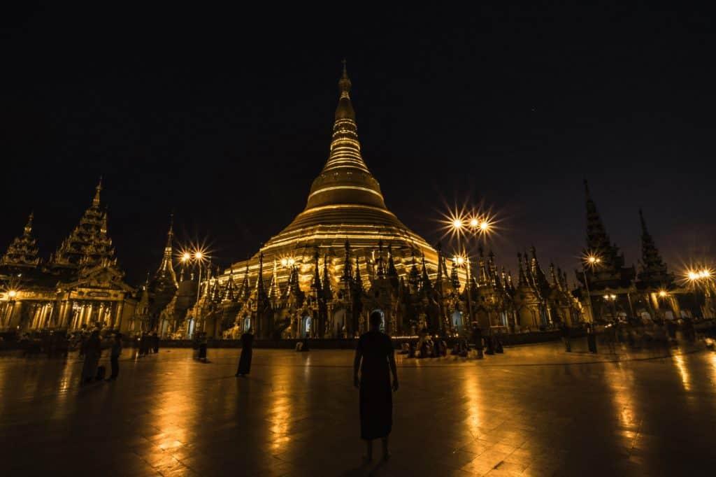 templos de myanmar de noche