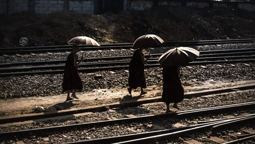 monjes en las vias myanmar