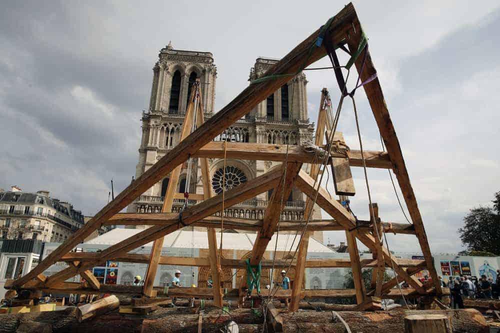 Un grupo de carpinteros hizo una demostración de las técnicas que se utilizaron para construir Notre Dame