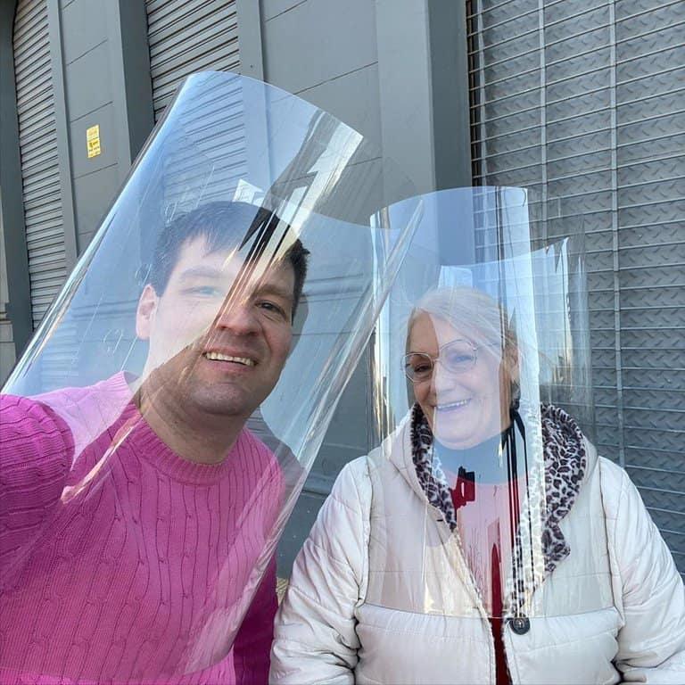"""Un argentino creó el """"Tubo Respira Bien"""", un objeto que protege contra el COVID-19 permitiendo la visibilidad en el rostro"""