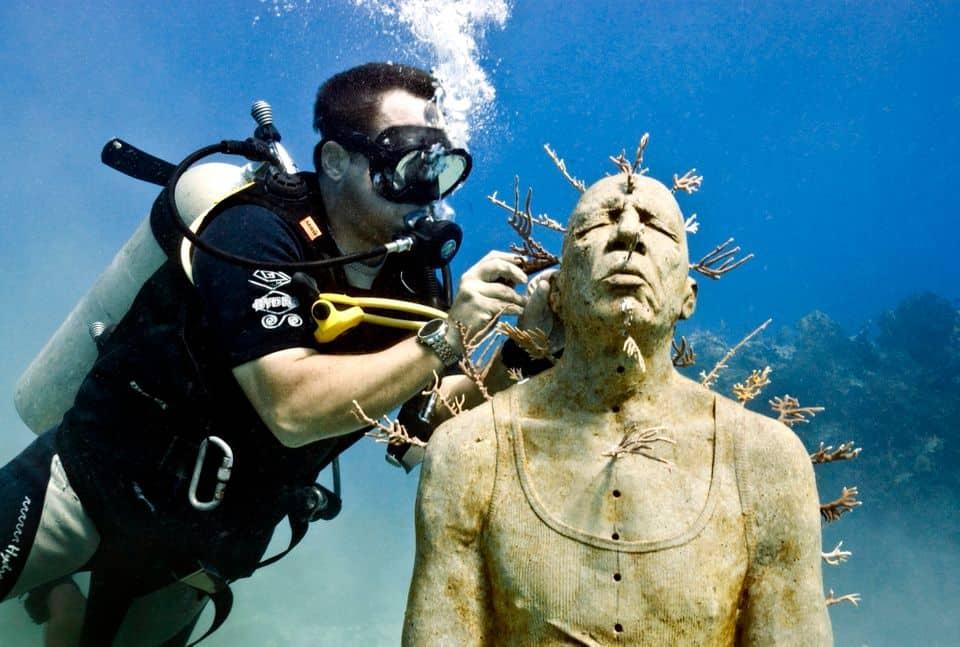 Francia Tres proyectos de esculturas acuáticas se sumergirán en la costa este otoño y resultarán ideales para aventurarse bajo el mar