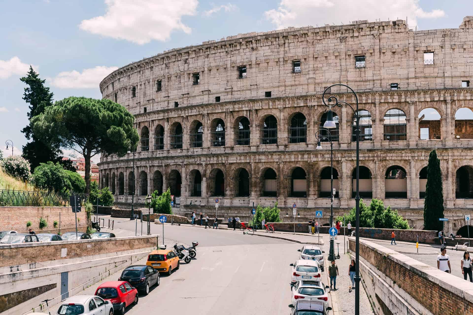 Un turista irlandés fue atrapado por seguridad marcando sus iniciales en el Coliseo Romano