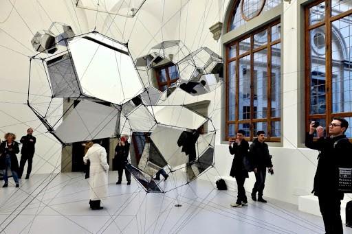 El Palazzo Strozzi de Florencia se llena de fantasía con una nueva exposición del artista argentino Tomás Saraceno