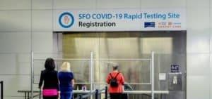 Una aerolínea estadounidense cuenta con un programa para ofrecer test de COVID-19 a personas que viajen a Hawái