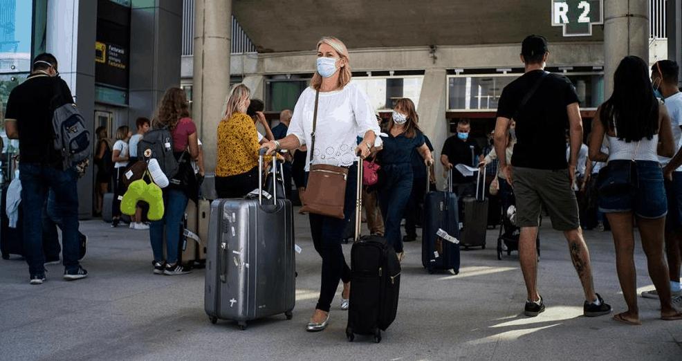 Cómo elegir la mascarilla correcta para viajar en avión: estos son los consejos de las mejores aerolíneas