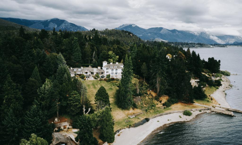 Este auténtico hotel en la Patagonia es ideal para un merecido descanso: posee una reserva natural con una cascada propia y vistas al lago Nahuel Huapi