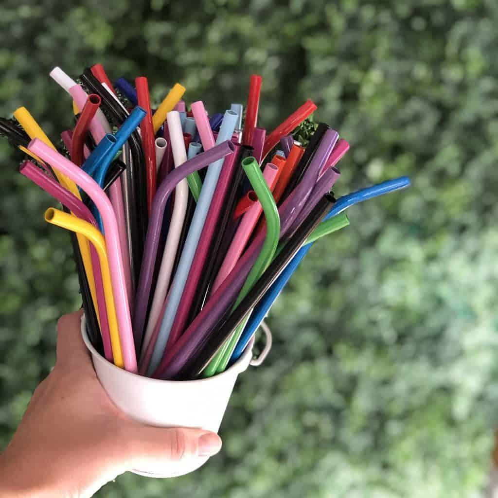 Prohíben sorbetes, hisopos y mezcladores de plástico en Inglaterra