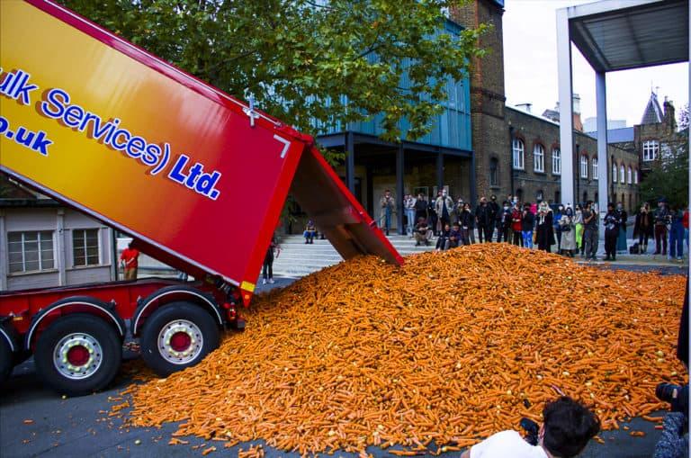 Un estudiante de arte tiró alrededor de 240000 zanahorias en una calle de Londres como parte de una muestra