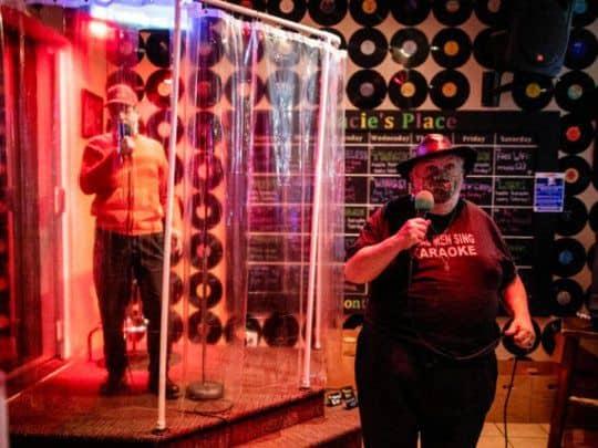"""Un bar de karaoke de Canadá invita a sus clientes a """"cantar en la ducha"""" para cuidarse del COVID-19"""