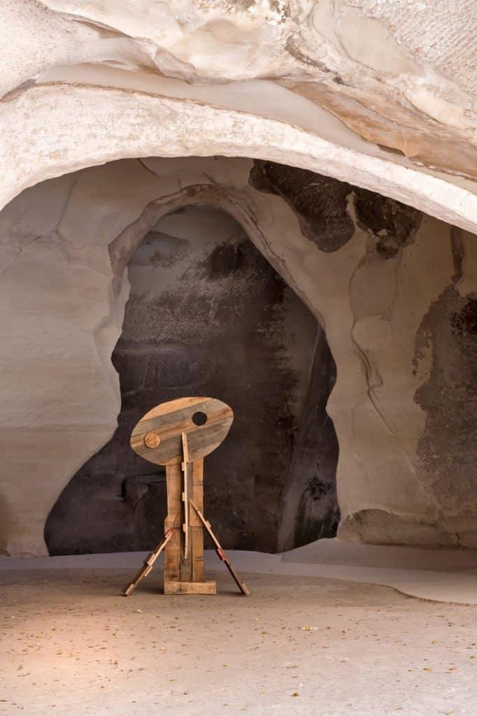 Un artista monta muestra de arte en una cueva del Parque Nacional Beit Guvrin-Maresha y las imágenes son increíbles