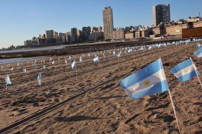 Instalan 504 banderas argentinas en playas de Mar del Plata para recordar a las víctimas del COVID-19 en la ciudad