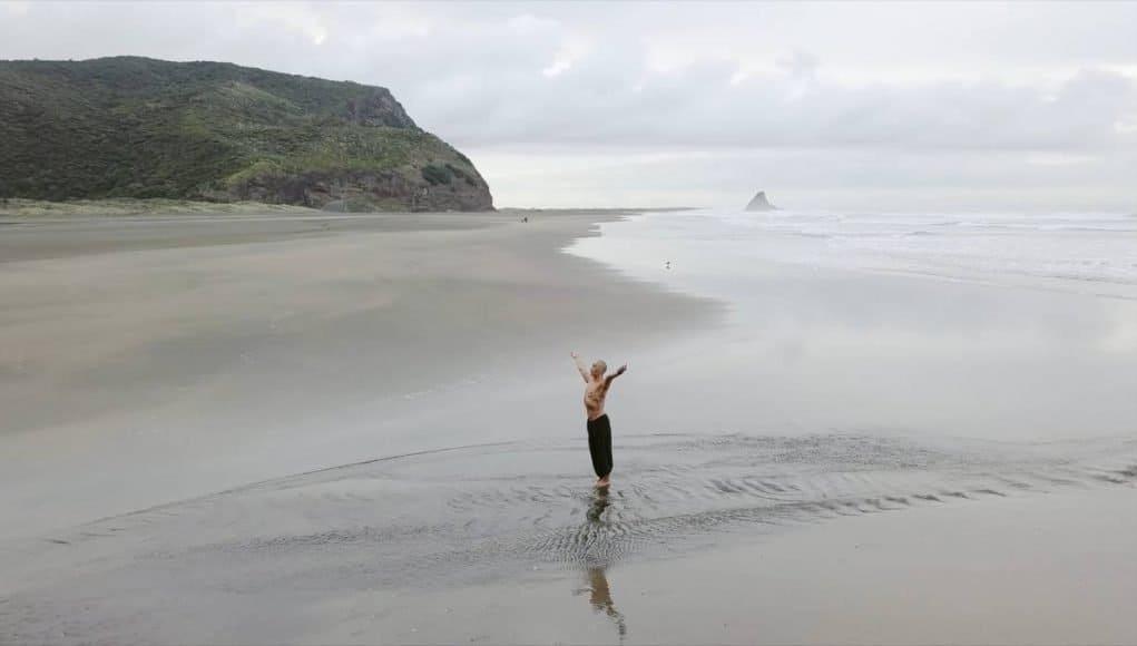 imagen clase de yoga virtual Taane Mete Karekare beach 1021x580 1