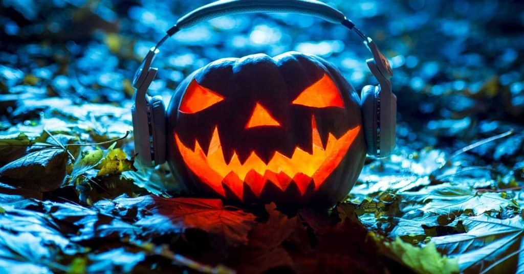 Una compañía de seguridad pagará 1.666 dólares por escuchar podcasts de crímenes reales durante Halloween