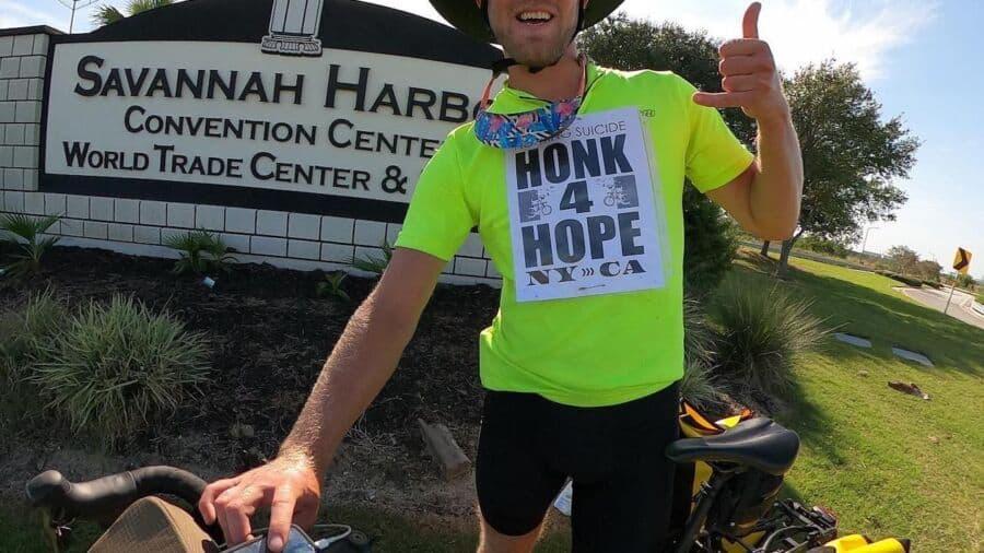Un hombre recorre más de 4.000 millas en bicicleta por Estados Unidos para prevenir el suicidio