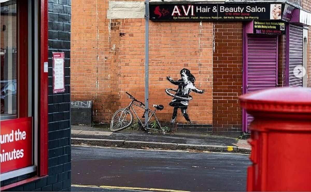 Inglaterra: una nueva obra de Banksy apareció en una pared de Nottingham, junto a un salón de belleza