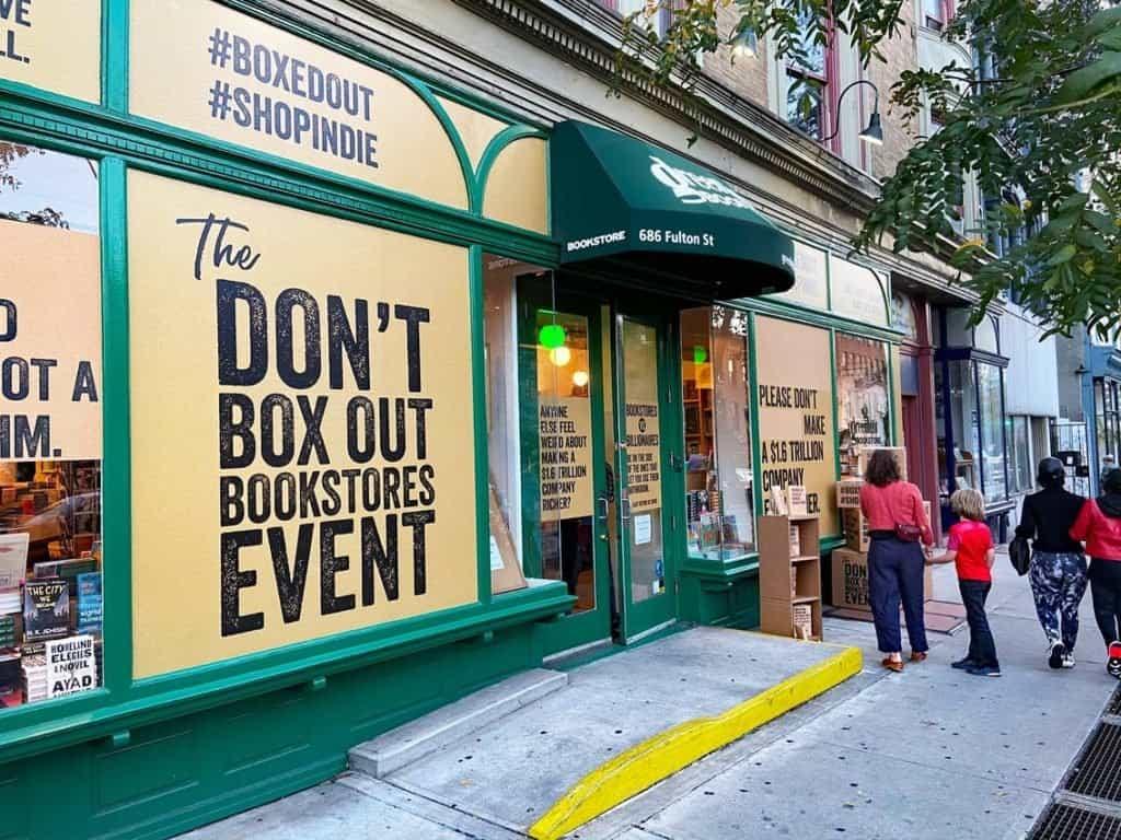 Librerías independientes de Estados Unidos diseñan sus escaparates como si fueran cajas de Amazon para atraer a los lectores a volver a ellas