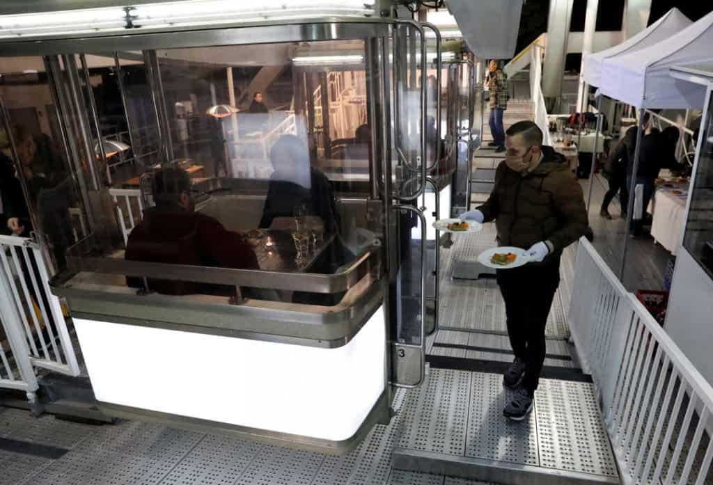 Hungría: un restaurante de Budapest utilizó la rueda de la fortuna para servir sus comidas con distanciamiento social