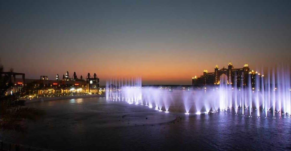 Dubái celebra una nueva marca Guiness: la 'Palm Fountain' superó el récord de la fuente más grande del mundo