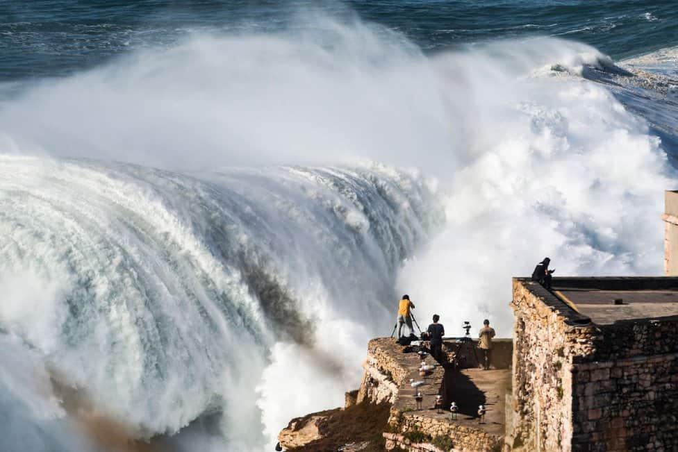 Las olas del huracán Epsilon llegaron a las costas de Portugal provocando el ingreso al mar de los mejores surfistas del mundo