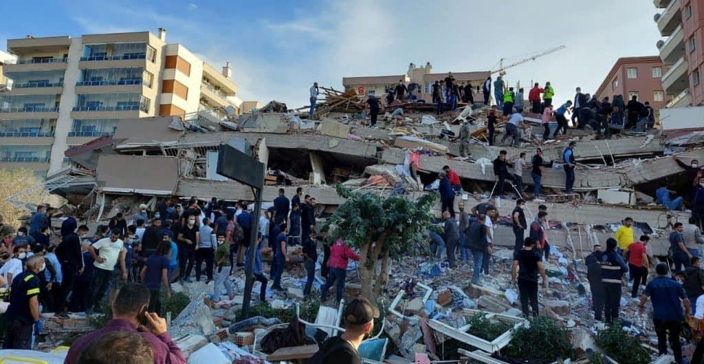 Fuerte terremoto sacude Grecia y Turquía, provocando un pequeño tsunami en la costa del mar Egeo