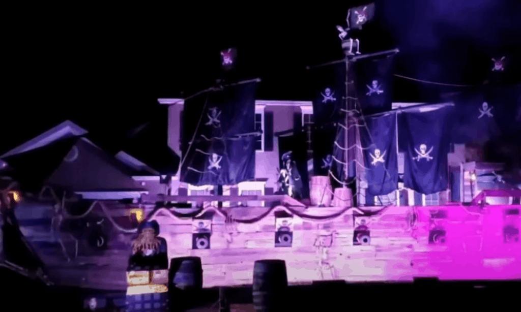 Un ambicioso padre construyó un barco pirata de 15 metros para que sus hijas festejaran su mejor Halloween
