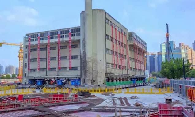 En Shanghái lograron que el edificio de una escuela primaria 'caminara' utilizando patas mecánicas